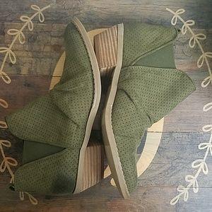 Report women's olive green booties size 8.5 medium